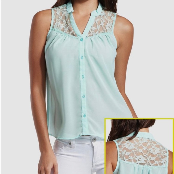 Charlotte Russe Tops - ✨4/$20✨ Charlotte Russe Sleeveless Button Down Top